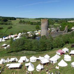 Bogenspectaculum mit Mittelaltermarkt und Lager an der Burgruine Baldenau aus der Vogelperspektive