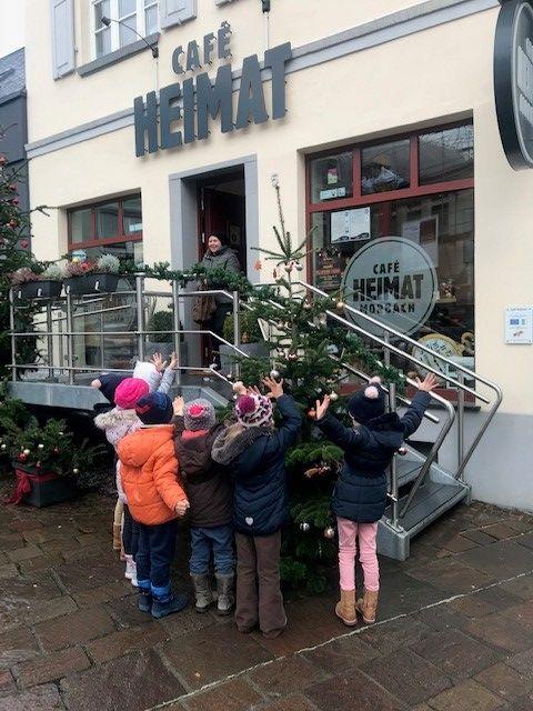 Cafe_Heimat_Kinder_schmuecken_Weihnachtsbaum_480x640